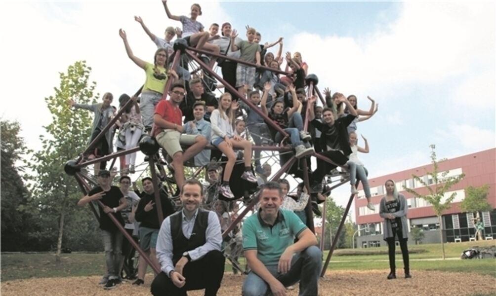 Klettergerüst Russisch : Neues klettergerüst: u201espaceballu201c bei kgs schülern beliebt